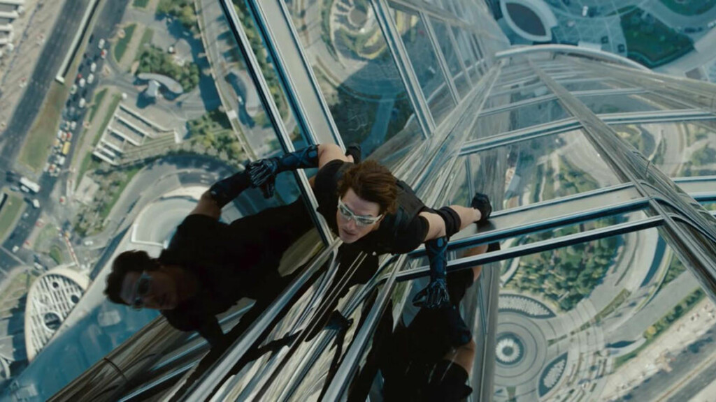 STERK I KLYPA: Ethan Hunt (Tom Cruise) må vise gode klatreegenskaper for å redde verden i «Mission: Impossible — Ghost Protocol».