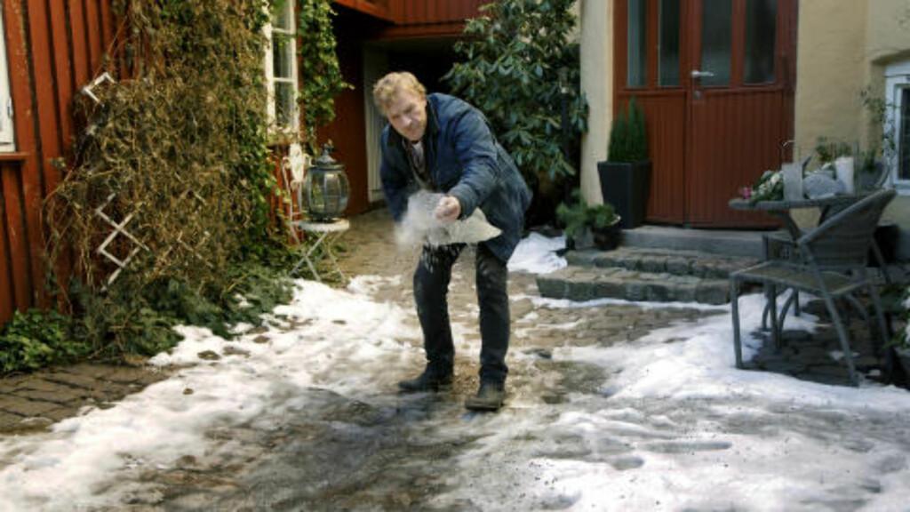 VAKTMESTER: Sven Nordin har tatt på seg rollen som vaktmester i gården de bor i. Etter en lang vinter, har han endelig tid til å strø. Det setter kona Torhild Strand pris på. Foto: Steinar Buholm / Dagbladet.