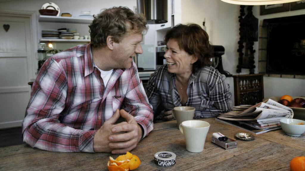 SNAKKER SAMMEN:  Sven Nordin og kona Torhild Strand bruker å ta en stopp ved kjøkkenbordet om kvelden for å snakke om alt mellom himmel og jord. Foto: Steinar Buholm / Dagbladet.