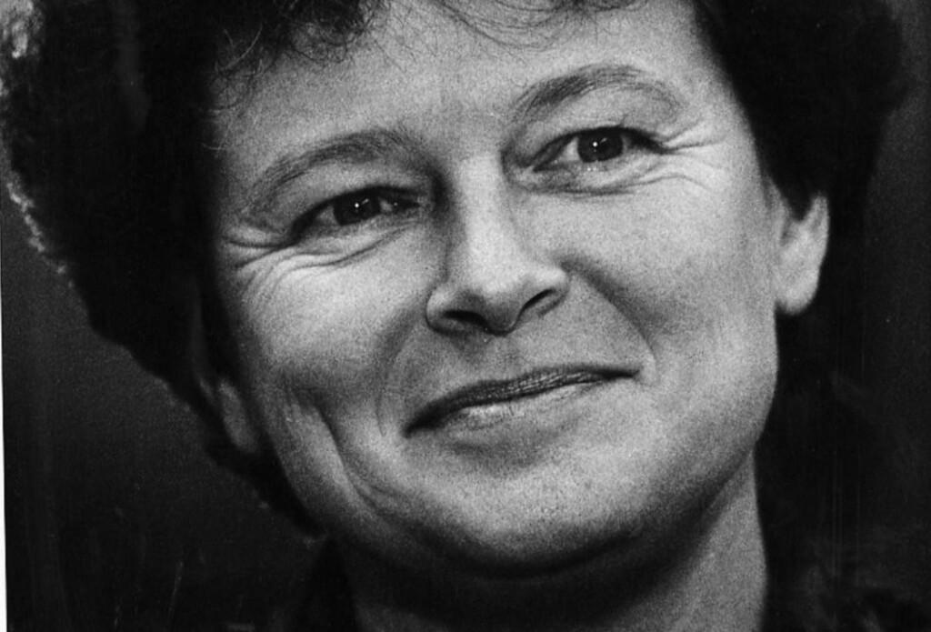 VAR TAUS:  «Vi kan jo ikke stille tiden fram til 20. oktober og vite hvor vi da står,» sa statsminister Harlem Brundtland da hun avslo å svare på spørsmål like før valget. Medietaushet var hennes metode, skriver Erling Folkvord. Foto:  Johan Brun