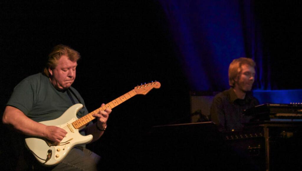 ÅRELANGT:  Terje Rypdal (tv) og Ståle Storløkken har samarbeidet i mange sammenhenger gjennom mange år, og nå er de i gang i kvartetten Terje Rypdal Legacy, der Nikolai Hængsle Eilertsen og Paolo Vinaccia er de to andre medlemmene. Her er Rypdal og Storløkken på Nasjonal jazzscene torsdag kveld. FOTO: TERJE MOSNES