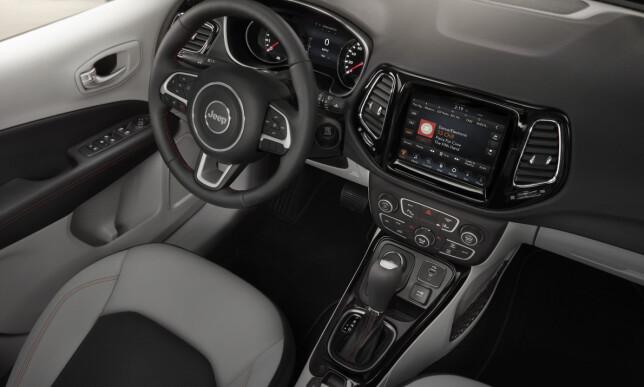 TIDSMESSIG: Det foreløpig eneste bildet av interiøret i nye Jeep Compass, viser en mindre kantete og mer moderne design. Foto: Jeep