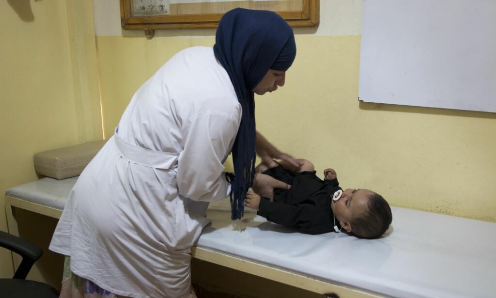 EN LANG REISE: Karima fikk polio som fireåring. I hele oppveksten krabbet hun rundt. Nå er hun leder for fysioterapitilbudet for kvinner på klinikken hun selv var i pasient på en gang. FOTO: Mari A. Mørtvedt / Røde Kors
