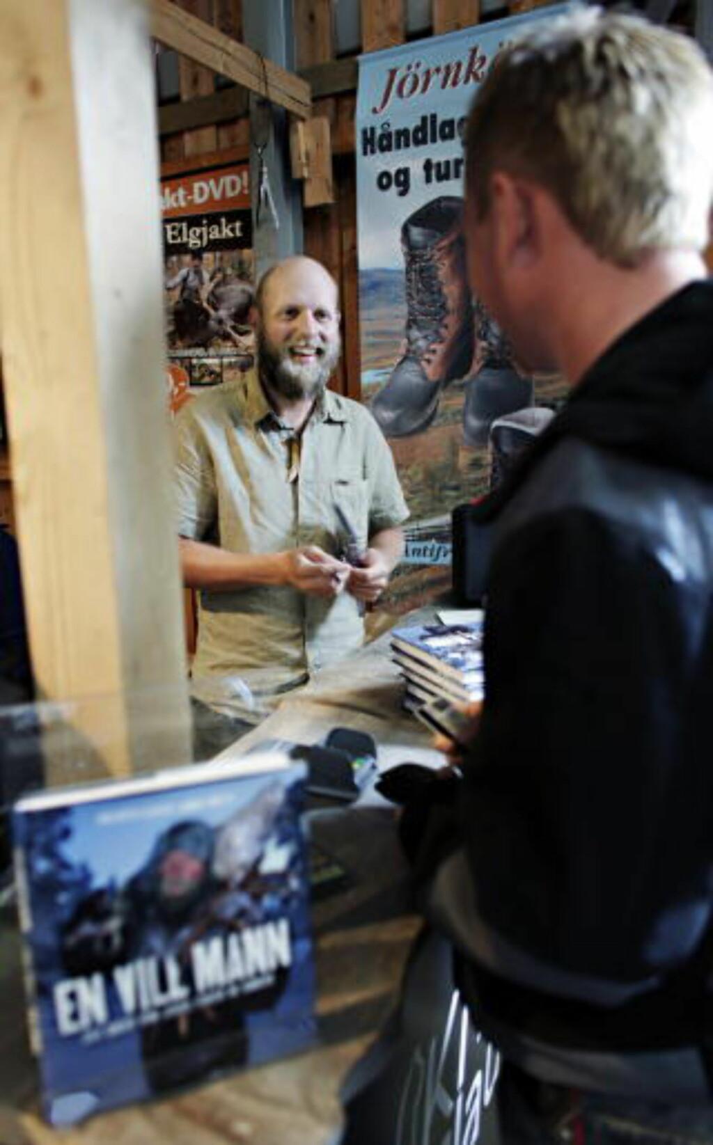 TREKKPLASTER: På Villmarksmessa var Clausen et trekkplaster, og signerte både bøker og DVDer. Foto: Frank Karlsen / Dagbladet