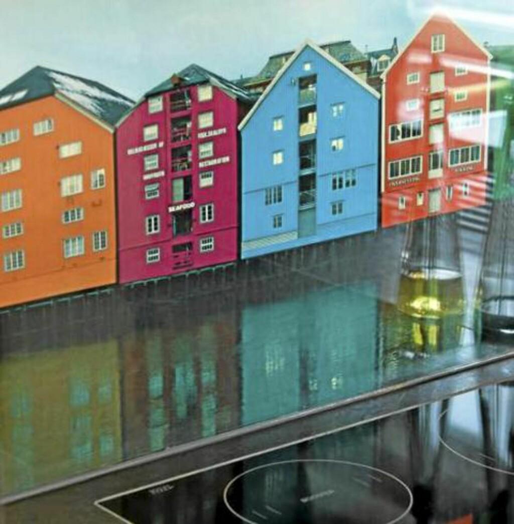 SKYLINE: Her har man trykket et fotografi på en glassplate montert i sprutsonen. Kult og fargerikt. FOTO: Nils Petter Dale