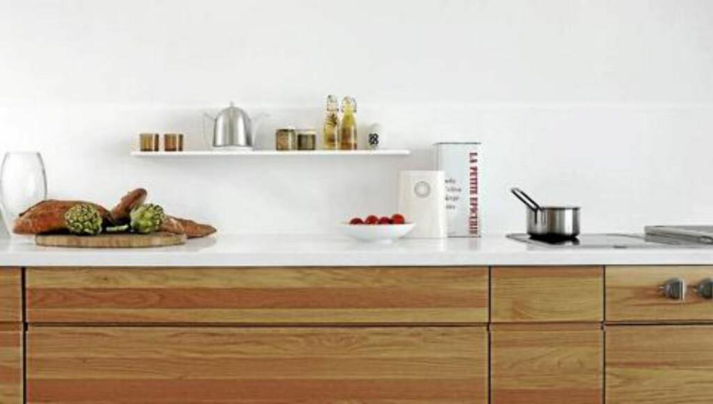 STRAMT: Corian er brukt på både benkeplate og i sprutsonen på dette kjøkkenet. FOTO: Espen Grønli