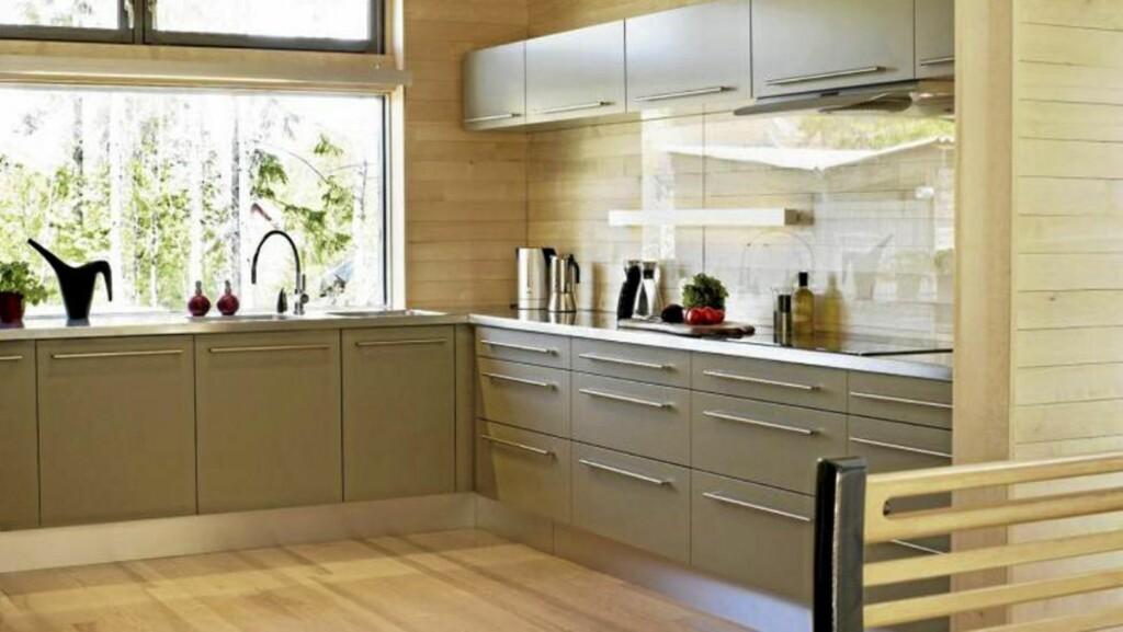 TENK NYTT: På dette kjøkkenet har man kledd veggen med laminat og lagt en glassplate over for å gjøre sprutsonen mer effektiv og funksjonell.  FOTO: Sveinung Bråthen