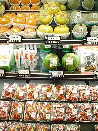 STORT I VERDEN: Minigrønnsaker er populært verden over, her minivannmeloner i et supermarked i Japan. Foto: NTB/SCANPIX
