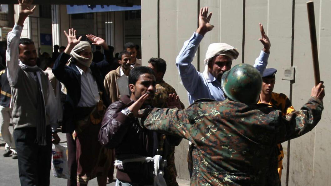 <strong>BRUTALT:</strong> Det har i hele år vært opprør mot det sittende regimet i Jemen. Her forsøker en regjeringssoldat å stilne demonstranter med ei kølle. Foto: AFP/Scanpix