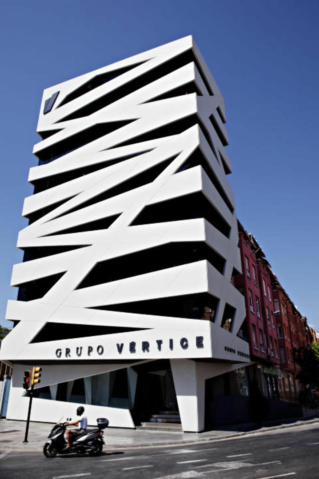 SPREKT: De to Málaga-arkitektene José Antonio Mota og Ignacio Gallego står bak forvandlingen av dette bygget, opprinnelig en lagerbygning fra 1961, «pakket inn» og forvandlet til hovedkontor for Vértice-gruppen. Du finner bygget i Calle Hilera, bak shoppingsenteret El Corte Ingles. Foto: NINA HANSEN