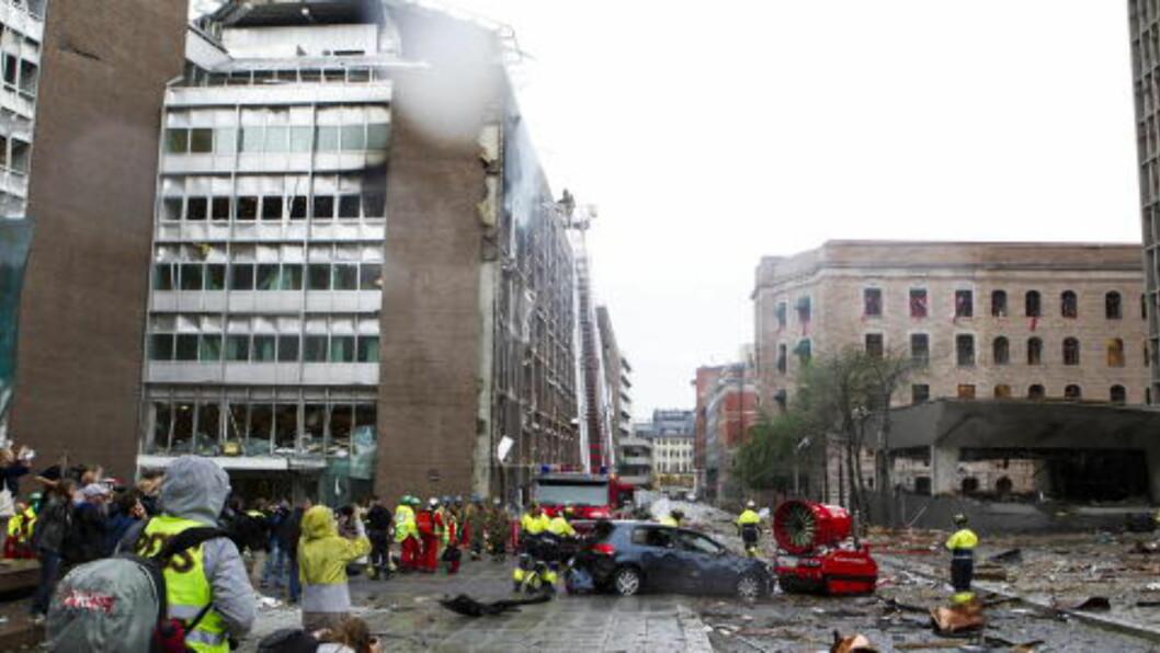 <strong>MINUTTENE ETTERPÅ:</strong> Bomba på 950 kilo gikk av til høyre i bildet. På et kontor i annen etasje til høyre i bildet ble Rasmussen liggende hardt skadd.  Foto: Berit Roald / Scanpix