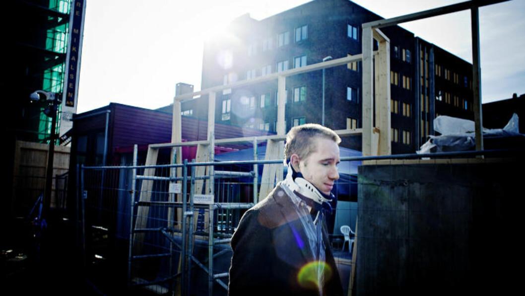 <strong>VIL I ARBEID:</strong> - Når man ser hvordan det norske folk har taklet situasjonen på blir man stolt. Stolt over å være norsk. Vi valgte å møte hat med kjærlighet, sier Rasmussen. Her står han utenfor Regjeringskvartalet - og ser fram til å begynne i arbeid igjen.  Foto: Jo Straube, Dagbladet