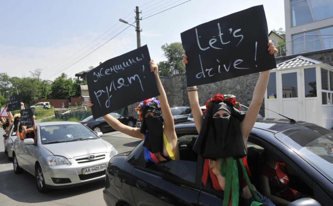 <strong>KVINNER VIL KJØRE:</strong> Halvnakne ukrainske kvinner fra den kvinnerettighetsgruppa Femen protesterer foran Saudi Arabias ambassade mot forbud å la kvinner i Saudi Arabia kjøre bil. (AP Photo/Sergei Chuzavkov)