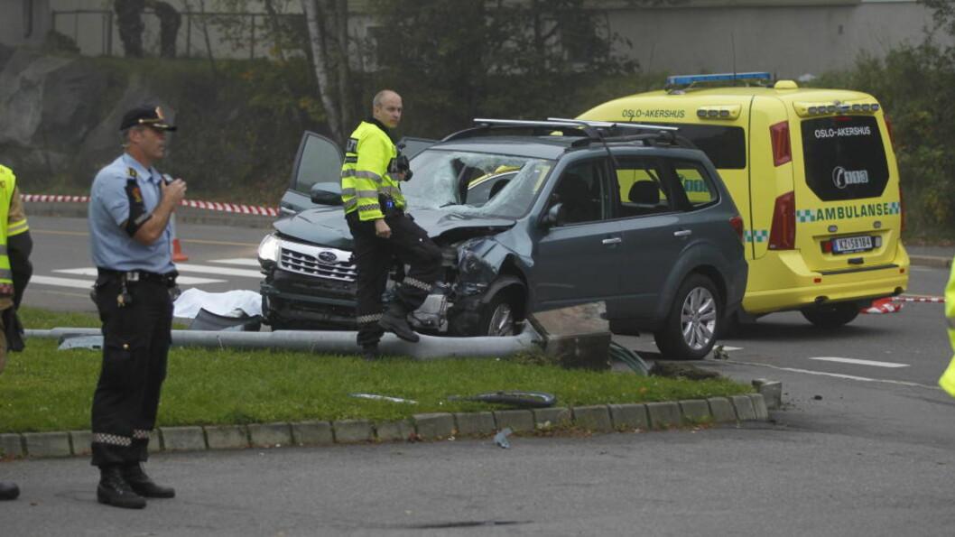 <strong>DØDSULYKKE:</strong>Politiet undersøker en bil som var innvolvert i en ulykke med syklist i Hellerudveien 92. Syklisten døde, og mannen som er siktet ble i dag varetekstfengslet for fire uker. Foto: Jon Eeg / Scanpix