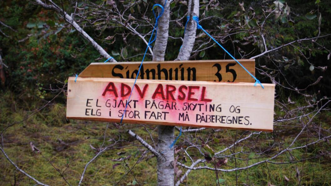 <strong>ELG I STOR FART:</strong>  Ifølge skiltet må turgåere i Nord-Trøndelag belage seg på å møte raske elger og skytende jegere. Foto: LEIF HOLM / PRIVAT
