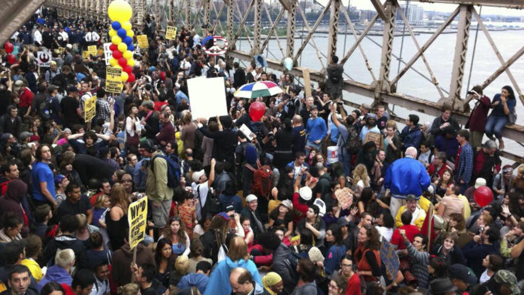 MÅTTE STENGE: Det oppstod kaotiske tilstander på den berømte broen under gårsdagens protestmarsj. Foto: AP Photo/Rose Bookbinder/SCANPIX