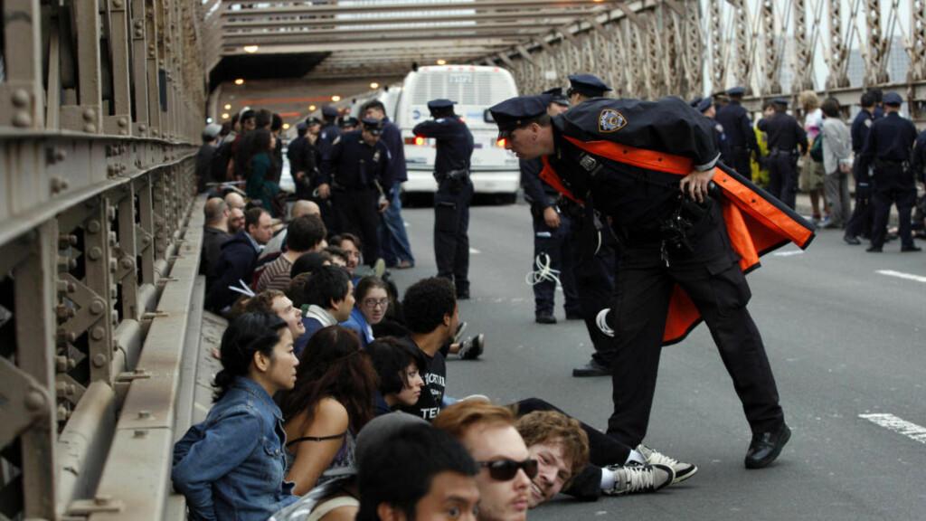 ARRESTERT: Hundrevis ble arrestert da de forsøkte å krysse broen under parolen Occupy Wall Street. Foto: REUTERS/Jessica Rinaldi / SCANPIX