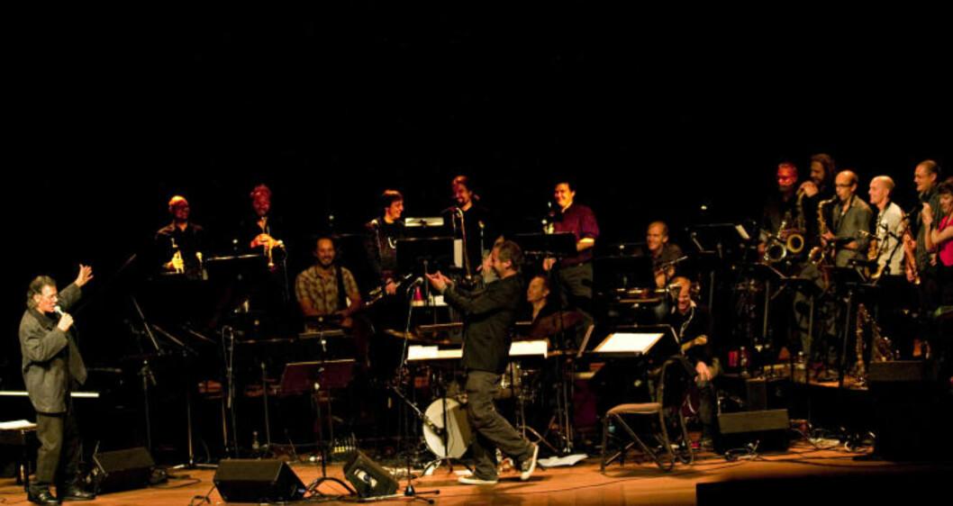 STARTEN: 2010-turneen med Chick Corea (tv) og Trondheim Jazzorkester, ti år etter «mirakelkonserten» ved Moldejazz da Corea var Artist in Residence, ble starten på samarbeidet mellom Arne B. Rostad og Corea. Her fra konserten i Oslo Konserthus. FOTO: TERJE MOSNES