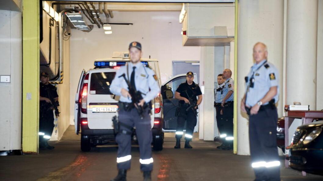 <strong>VAKTHOLD:</strong> Politiet venter her før de skal transportere Anders Behring Breivik fra Oslo tingrett etter fengslingsmøtet mandag 19. september. Foto: Benjamin A. Ward/ Dagbladet