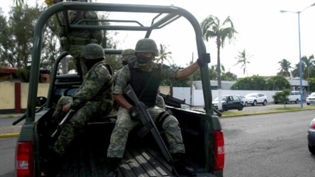 <strong>DRAP:</strong> Soldater vokter gata der fire personer, to menn og to kvinenr, ble funnet drept tirsdag denne uka i Veracruz. Foto: AFP/Yuri CORTEZ/Scanpix