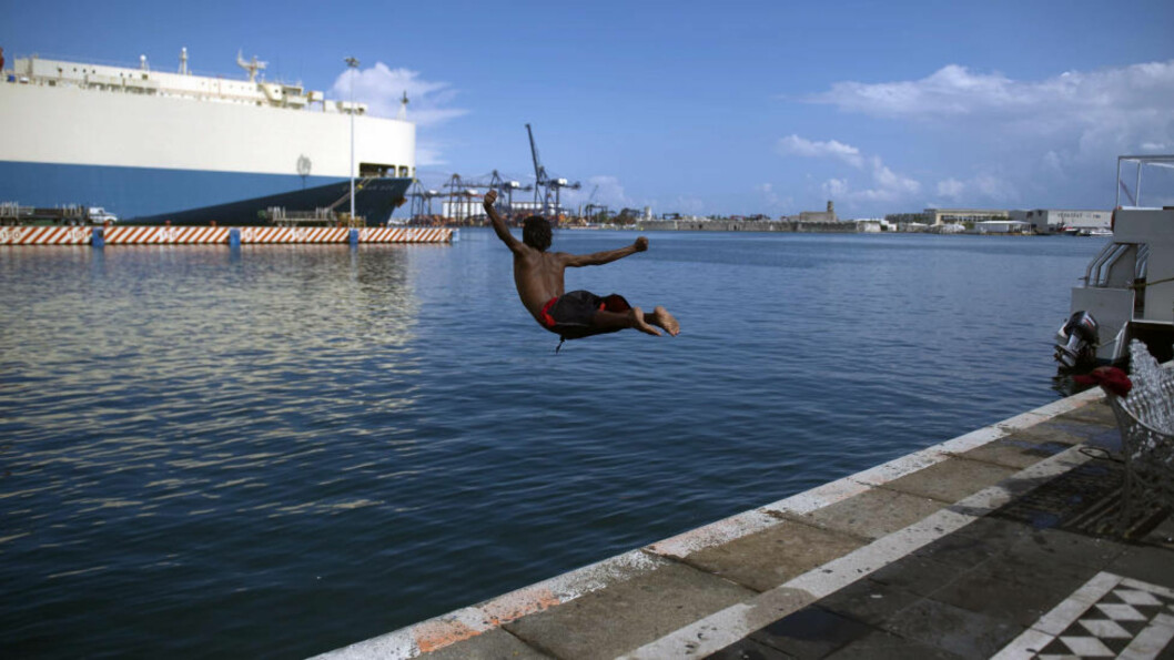 <strong>VERACRUZ:</strong> En gutt tar seg et bad i byen Veracruz i delstaten Veracruz. Foto: AFP/Yuri CORTEZ/Scanpix