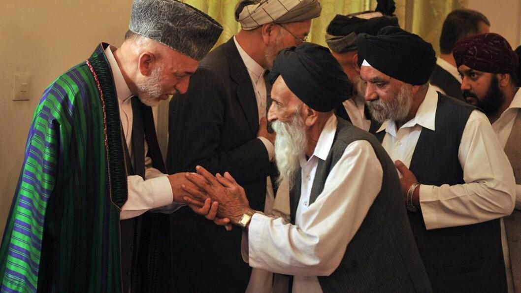 <strong>BEGRAVELSEN:</strong> En eldre sikh hilser på Hamid Karzai under begravelsen av hans bror. Foto: EPA/MASSOUD HOSSAINI/Scanpix