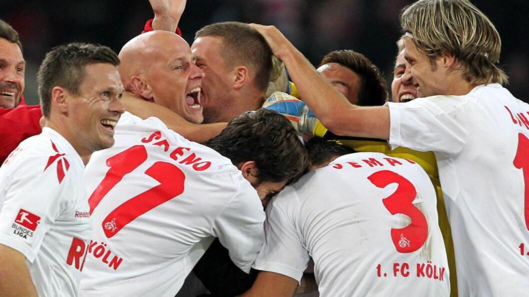 <strong>LØP TIL SOLBAKKEN:</strong> Köln-spillerne løp rett til Ståle Solbakken etter at Lukas Podolski scoret lagets andre mål fire minutter før slutt.. Foto: EPA/ROLAND WEIHRAUCH
