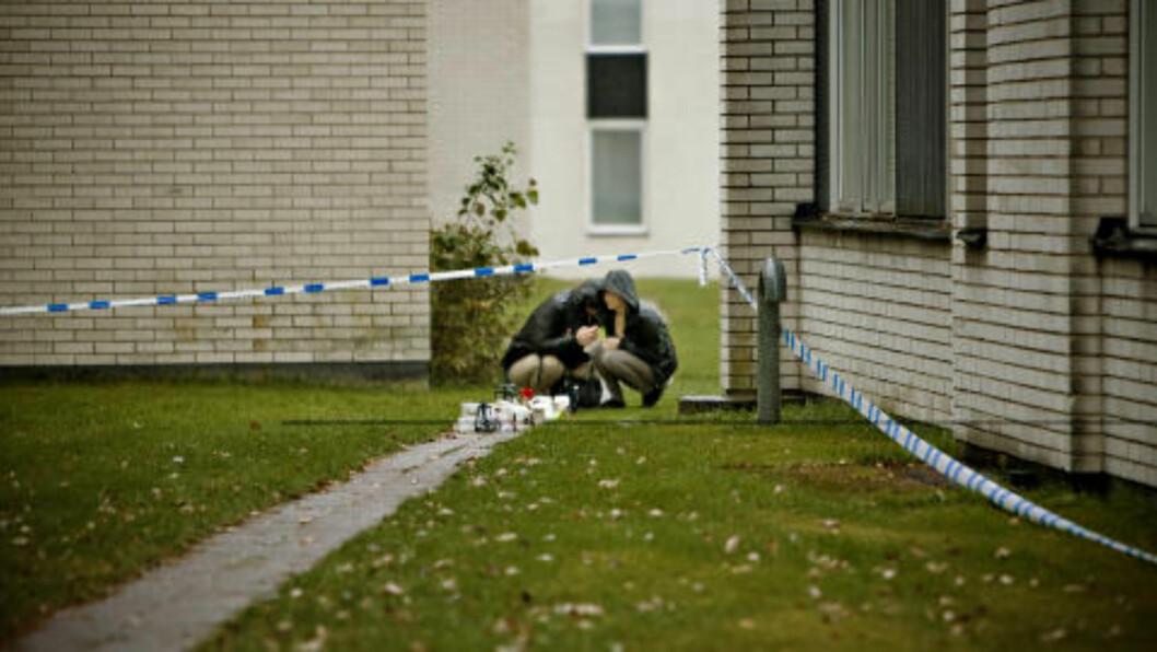 <strong>SJOKK OG SORG:</strong>  Nabolaget hvor den drepte gutten ble funnet, er i sjokk og sorg over drapet. Nederst ved en av boligblokkene samlet folk seg for å legge ned lys, leker og blomster. Foto: Kristian Ridder-Nielsen / Dagbladet.