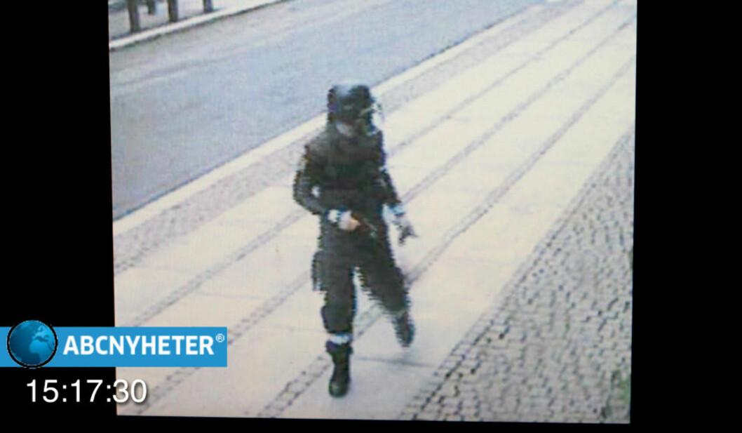<strong>OVERVÅKNINGSBILDENE:</strong>  Overvåkingsbildene fra Regjeringskvartalet viser Breivik på vei vekk etter at han satt fra seg bombebilen. Foto: ABCNyheter