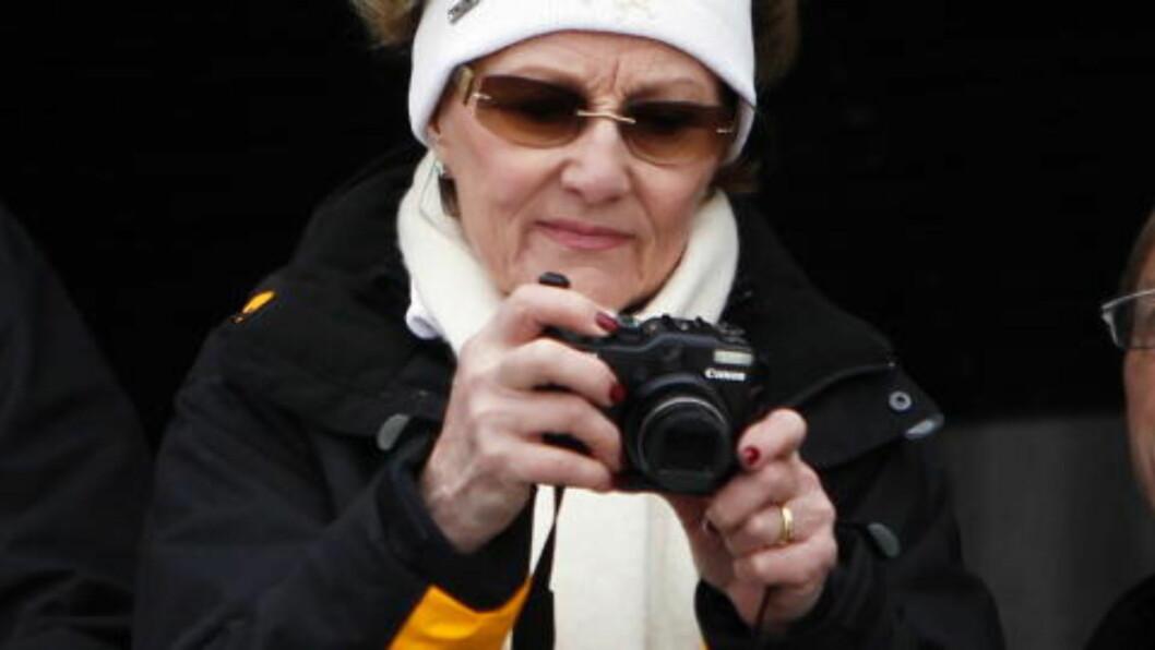 <strong>IVRIG FOTOGRAF:</strong> Dronning Sonja er kjent som en svært kunnskapsrik kunstkjenner og en ivrig hobbyfotograf. Nå debuterer hun som kunstner på en utstilling i Sverige. Foto: Lise Åserud / Scanpix