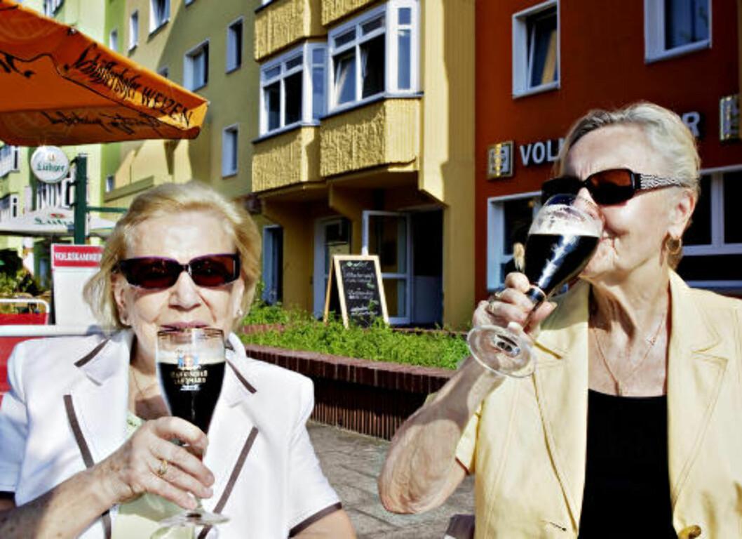 <strong>MIMRER:</strong> Herta Heidar (80) og Ruth Hammel (77) møtes på DDR-restauranten Volkskammer ved Ostel for å drikke østtysk øl. Foto: NINA HANSEN