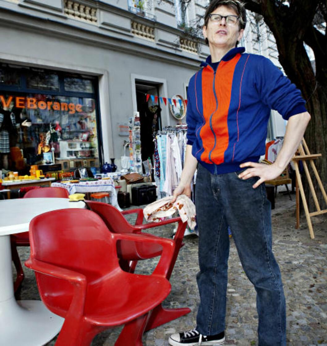 <strong>KUPP:</strong> Innehaveren av DDR-designbutikken VEBorange, Mario Schuler, startet dagen med å hanke inn fire røde stoler og et tilhørende hvitt bord. Stolene er så populære at de går for over 200 euro på Ebay. Foto: NINA HANSEN