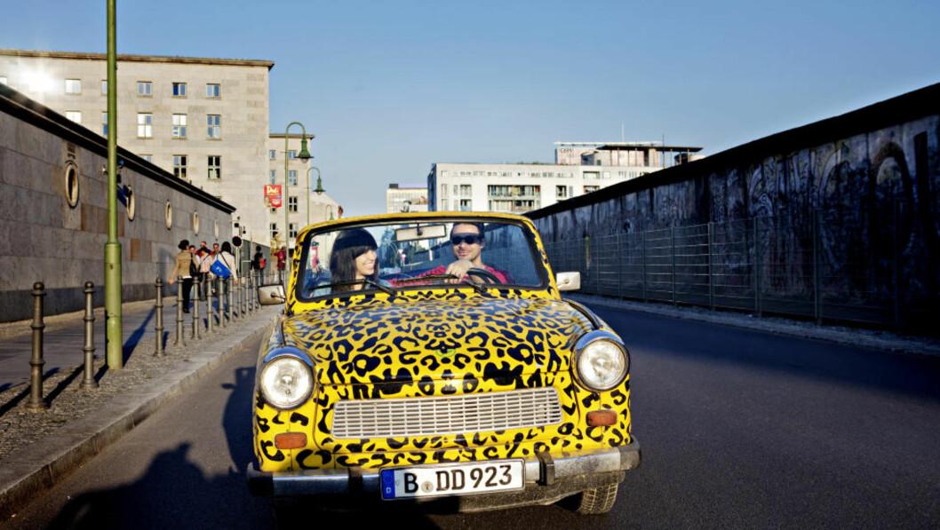 <strong>LEVENDE MUSEUM:</strong> Chris Castilla (29) og Julie Martin (24) har reist til Berlin fra California. De bestemte seg for å gjøre en skikkelig turistaktivitet, og endte opp med Trabi-safari. Julie setter pris på at det er interaktivt, og synes det er gøy at de kan kjøre selv. Foto: NINA HANSEN