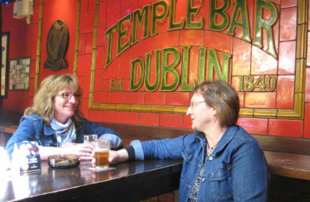 <strong>EKTE IRSK:</strong> De norske søstrene Nina Børrud og Gro H. Børrud koser seg i irsk atmosfære i Temple Bar. Foto: HILDE NORDLUND