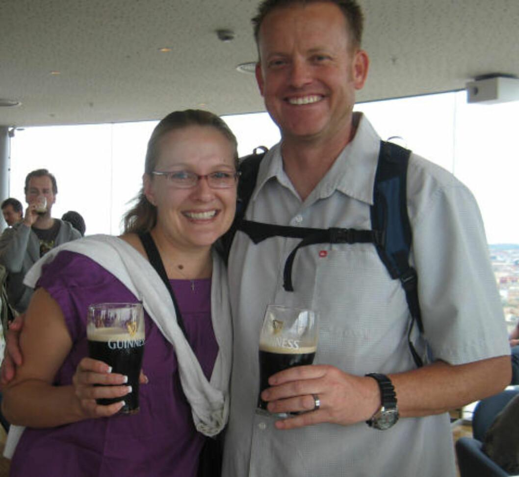 <strong>VELDIG GODT:</strong> Jaclyn og Doug Nuttmann fra California er på bryllupsreise i Europa, og nyter sin Guinness i Gravety Bar i Guinness Storehouse. Foto: HILDE NORDLUND