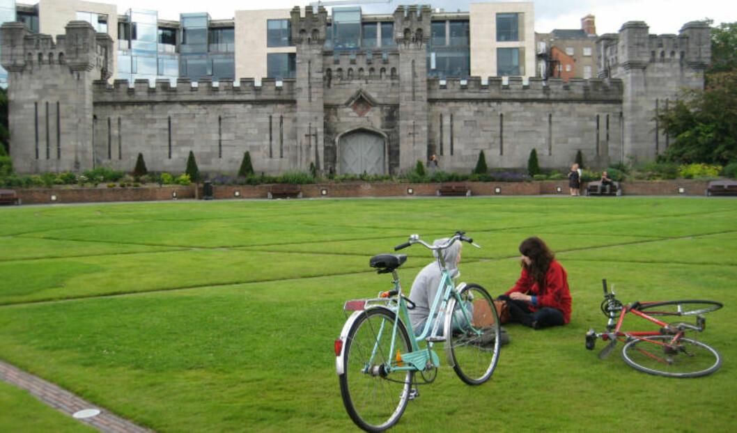 <strong>HISTORIE:</strong> Når du er lei av å gå fra pub til pub, er det verdt å ta turen innom Dublin Castle - for en vandring tilbake i historien eller en rolig stund i parken. Foto: HILDE NORDLUND