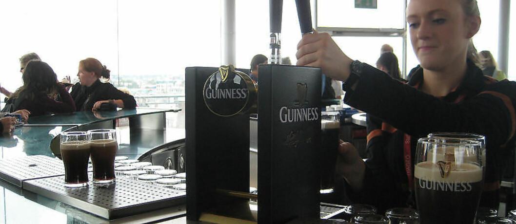 <strong>OLJE:</strong> Dublin er et mekka for ølhunder, og guinnessen er irenes egen olje. - De serverer den på helt riktig måte her, sier turisten Jaclyn Nuttmann fra California. Foto: HILDE NORDLUND