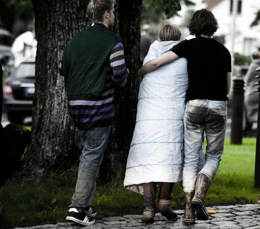 <strong>Skrekkslagne:</strong> 22. juli strømmet kalde og våte ungdommer til Sundvolden Hotel etter å ha svømt for livet fra Utøya. På hotellet får de en trygg havn, varme, mat og omsorg de neste tunge døgnene. Foto: Håkon Eikesdal