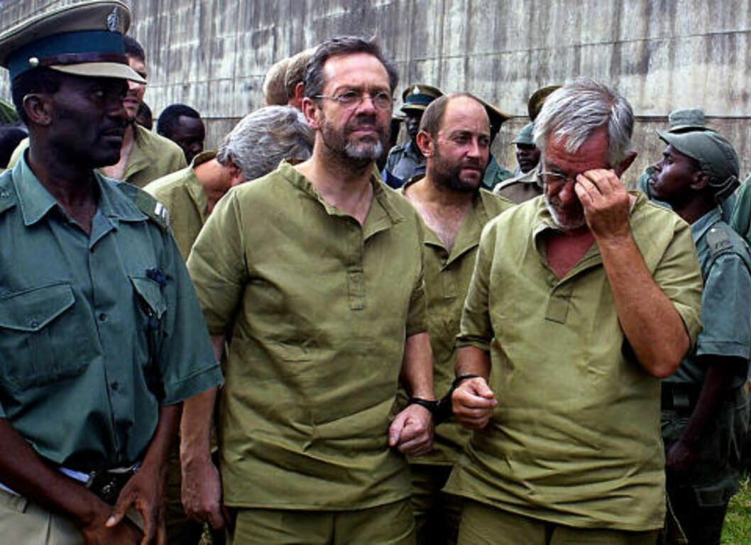 BAK MURENE: En nedslått Simon Mann i fengsel, sammen med sørafrikanske leiesoldater som deltok i kuppet. Foto: AFP/Scanpix