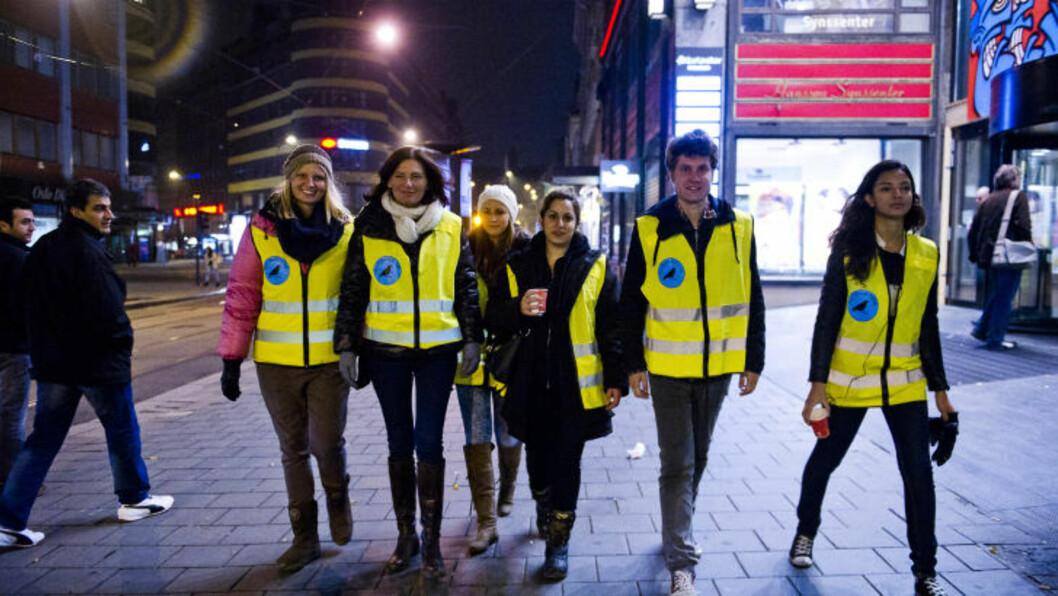 <strong>UNGE FRA AUF:</strong> Natteravner tar til gatene for å sikre hovedstaden etter den siste tidas mange voldtekter. Dette er fv. Amalie Rieber-Mohn (19), Libe Rieber-Mohn, Ida Torgerstuen (19), Roja Darian (28), leder i Oslo AUF Vegard Wennesland (27), og Louiza Louhibi (21). Foto: Håkon Eikesdal