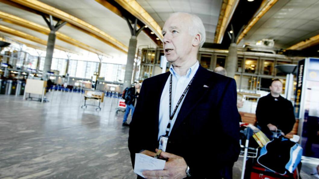 <strong>- EN TIME:</strong> Informasjonssjef Kobro sier at passasjerene må regne med en time forsinkelser på flyavgangene. Foto: Håkon Mosvold Larsen / SCANPIX