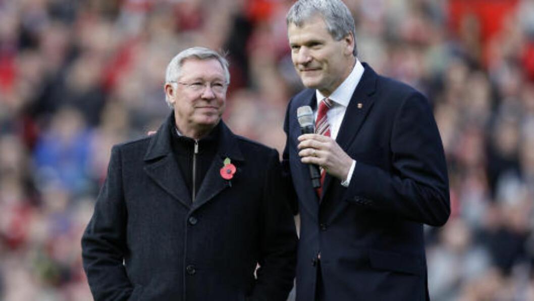 <strong>OVERRASKELSEN:</strong> Manchester Uniteds administrerende direktør David Gill (t.h.) smilte lurt da han avslørte overraskelsen. Foto: Jon Super, AP/Scanpix