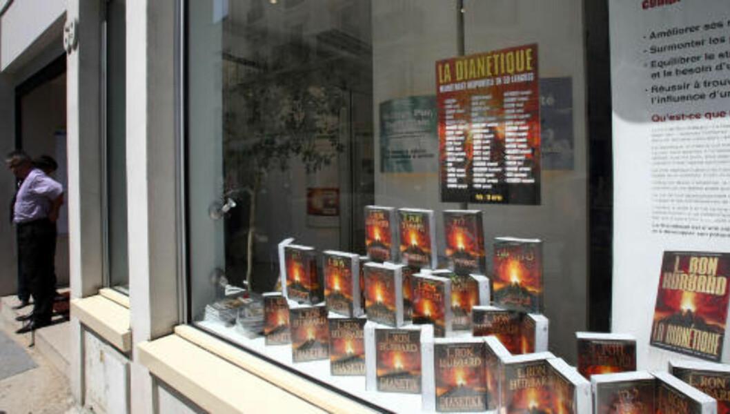 """<strong>Hatet psykiatrien:</strong> Bøker av L. Ron Hubbard i vinduet på et scientologisenter i Paris. «L. Ron Hubbard, mannen som skapte scientologien på 1950-tallet, utviklet et sterkt hat til psykiatrien når den avviste hans angivelig revolusjonerende, men helt udokumenterte, """"oppdagelser"""" om menneskesinnet», skriver Andreas Heldal-Lund. Foto: AFP/Scanpix"""