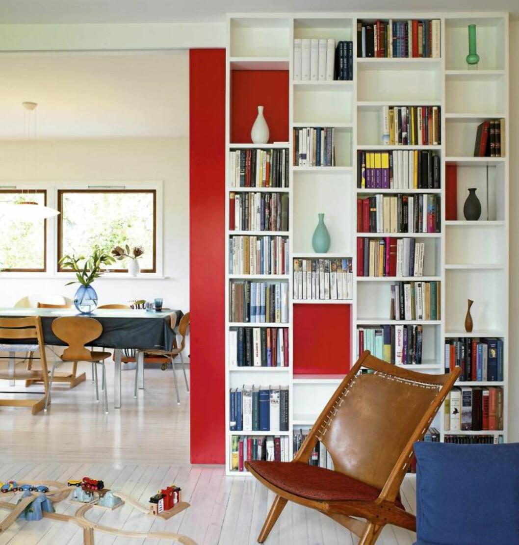 <strong>RØD BAKPLATE:</strong> Den røde skyvedøra er både fleksibel og dekorativ. Foto: Espen Grønli