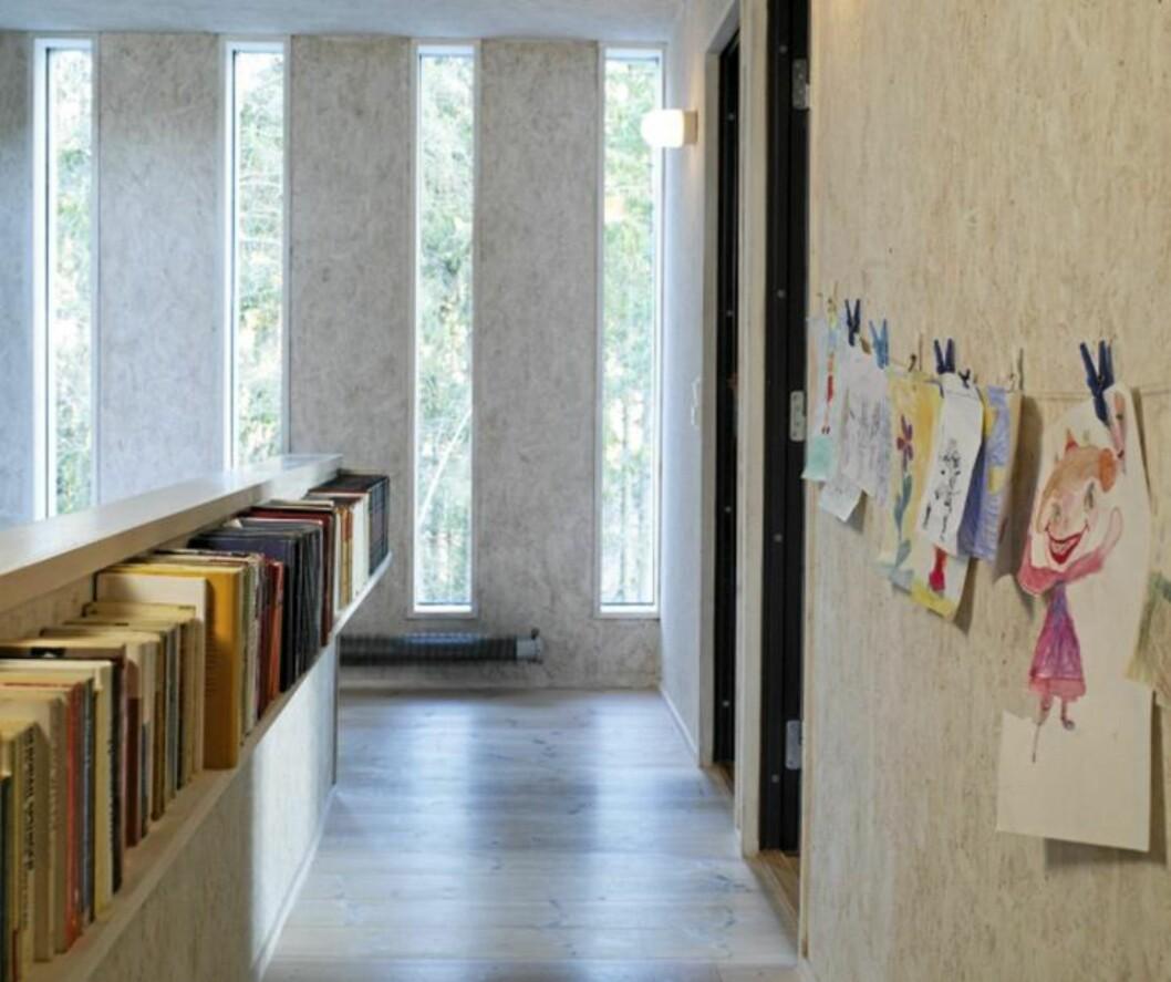 <strong>HELT ENKELT:</strong> En enkel hylleplate samt barnetegninger skaper stopp-effekt i gangarealet. Foto: Espen Grønli