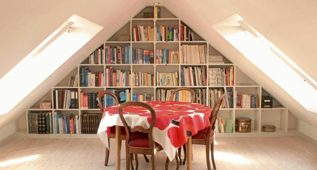<strong>UNDER SKRÅTAKET:</strong> Endeveggen i loftsstua er utnyttet til oppbevaring av bøker. Foto: Eva Kylland