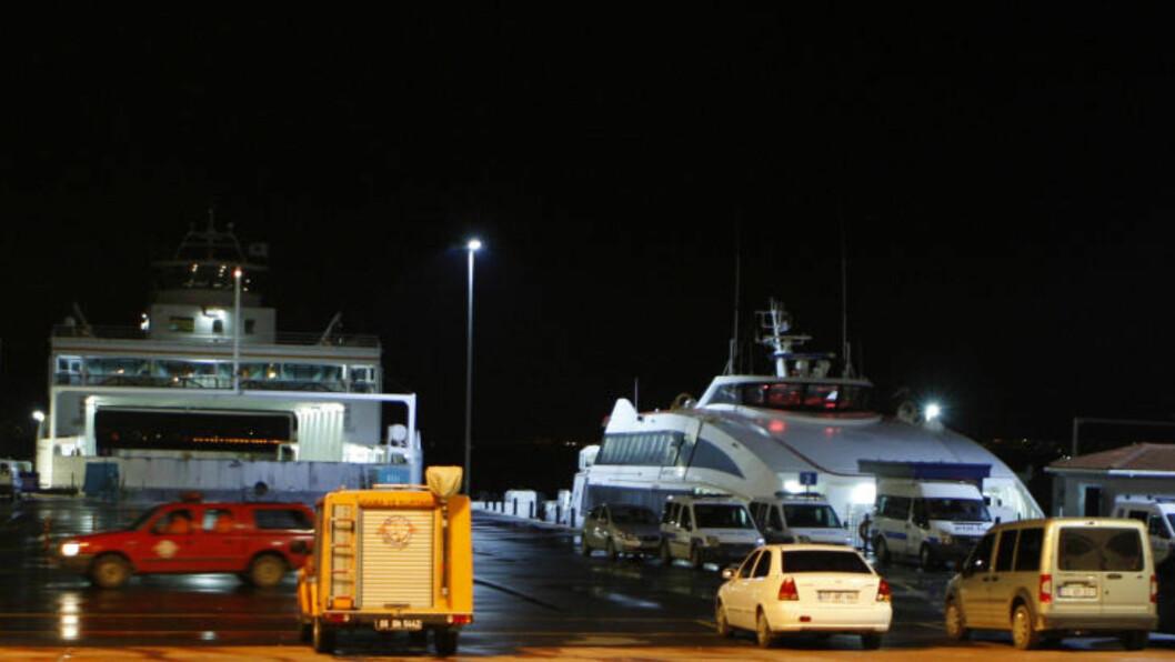 <strong>STÅR KLARE:</strong>  Politi og ambulanse er på plass ved havna i Yalova.Foto. REUTERS/Osman Orsal/Scanpix