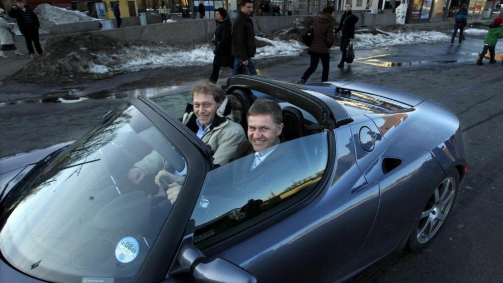 REDDER IKKE MILJØET: Frederic Hauge fra Bellona og Eirik Solheim ser kule ut i el-bilen Tesla. Men forskerne stiller store spørsmålstegn ved elbilen. Mange elbiler slipper i dag ut mer drivhusgass enn vanlige biler.  FOTO: HENNING LILLEGÅRD/DAGBLADET