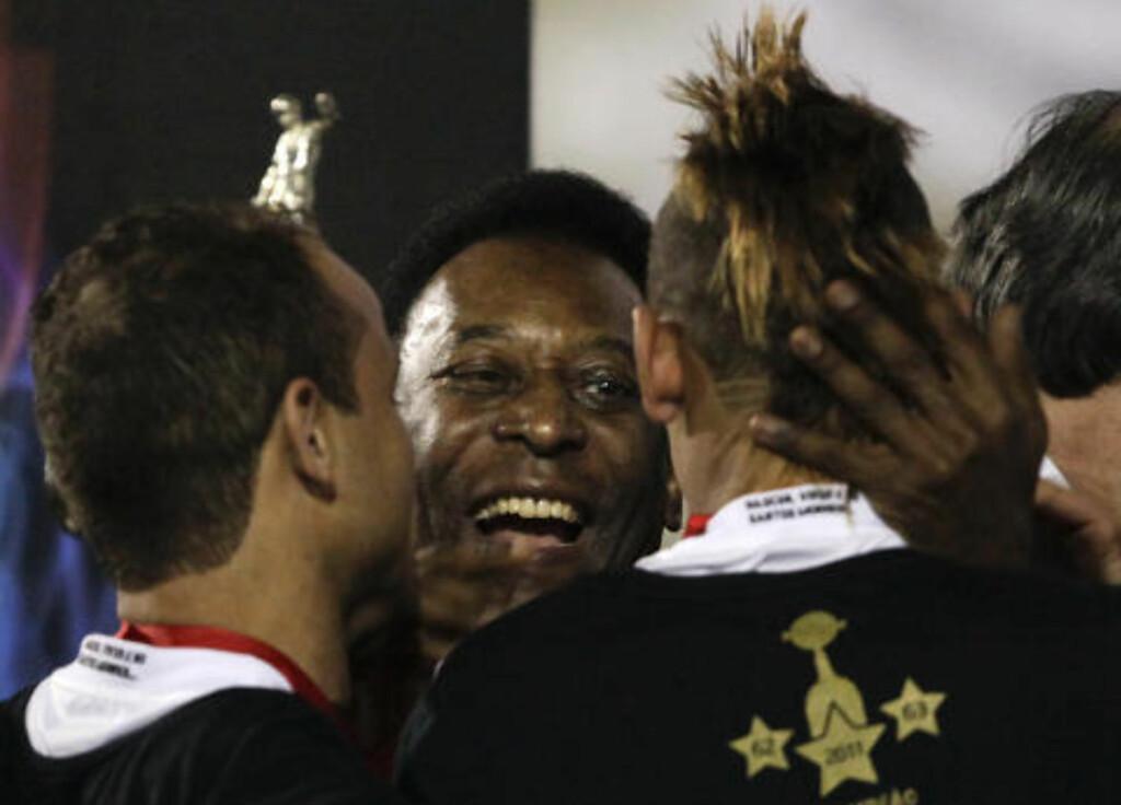 PELE PÅ PLASS: Legenden Pele var selvsagt blant gratulantene etter at Santos vant. Foto: Andre Penner, AP/Scanpix
