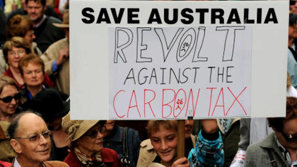 PROTESTERER: På dette bildet fra 1. juli protesterer en stor folkemengde mot Gillard og regjeringens nye plan.  Foto: AFP PHOTO / Greg WOOD